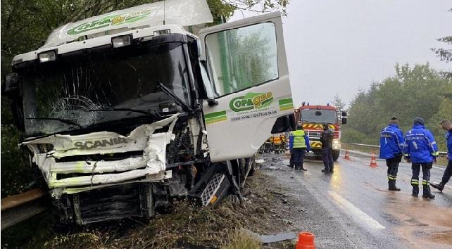 Mueren un padre y su hijo de 15 años, al colisionar contra un camión en la RN102