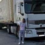 La camionera de 28 años que trabaja con un camión articulado por el día y por la noche juega al fútbol