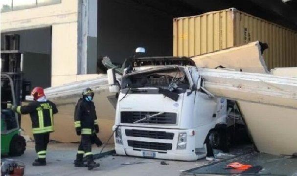 Fallece un camionero de 34 años aplastado en la cabina por una pesada losa de hormigón que se desprendió de un almacén