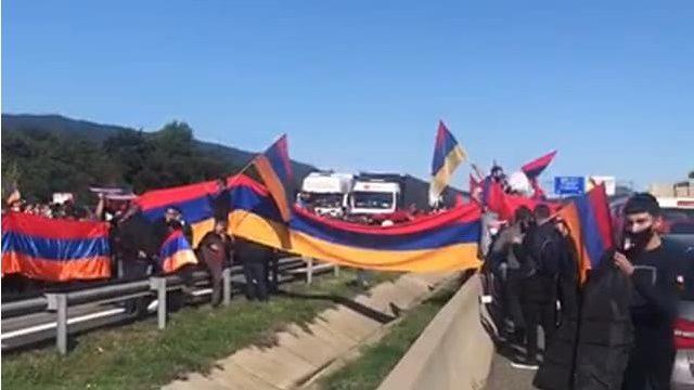 Una protesta de la comunidad armenia paraliza la AP-7 en la frontera