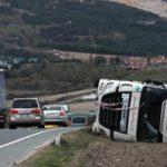Las fuertes rachas de viento de hasta 140 km vuelcan al menos cinco camiones en la N-121, Navarra