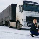 Camionera Gabriela desafía el frío y el peligroso hielo en la carretera hasta el fin del mundo