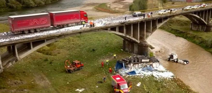 Fallece un camionero de 40 años al precipitarse por un puente el camión cargado de paquetes de tabaco en el río Lotru