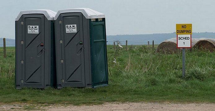 Reino Unido instalará baños portátiles en las carreteras de Kent en previsión de largas colas de camiones