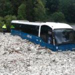 Las fuertes lluvias provocan un deslizamiento de tierra y atrapa a un autobús de Cotral