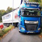 ¡¡Por ahí han pasado más grandes!! Un camionero atrevido atasca el tráiler en la carretera B62 en Düsseldorf, Alemania