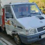 La Policía Local intercepta un camión con 154 cerdos amontonados en este pequeño camión.