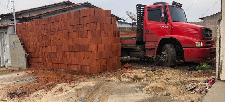 Un conductor descarga 5.500 ladrillos con el ayudante dejando el camión «atrapado».  Vídeo