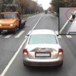 El conductor de un Audi hace una peineta a un camionero… Algo que no olvidará en su vida. Vídeo