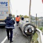 Un camión pierde una pieza de 25 toneladas de su carga, que podría haber provocado una tragedia  en Sestao
