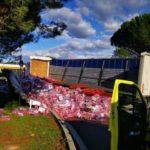 Un camión vuelca la carga completa de latas de Coca-Cola en la autopista A7  área de Montélimar