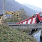 Otra vez en Italia.  Se derrumba el puente sobre el canal Pallanzeno: un camión se atasca