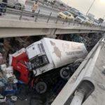 Un camión se precipita desde un puente sobre un mercado semanal