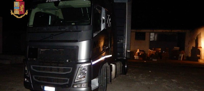 Cuatro encapuchados armados secuestran a un camionero para robar la carga de juguetes y adornos navideños