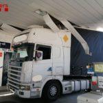 Un camión se empotra en una gasolinera de la C-55 en Olesa de Montserrat, Barcelona