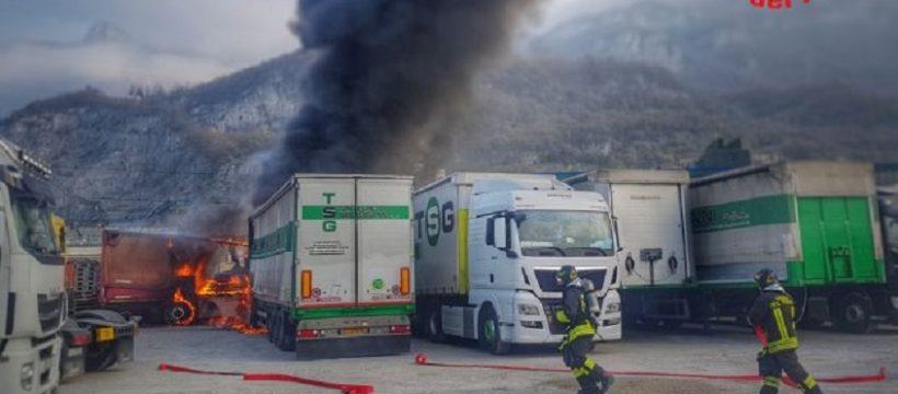 Cinco camiones incendiados en un aparcamiento en el puerto de Bione