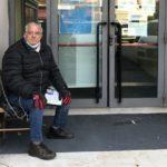 Un camionero se encadena cada día a las puertas de la Seguridad Social,  por un error en su jubilación