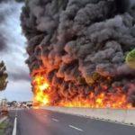 Explota un camión cisterna de combustible en la autopista FI-PI-LI cerca de una gasolinera