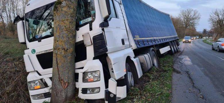 Buscan al conductor de un coche que provocó el accidente de un camión y se dio a la fuga.