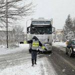 Las primeras nevadas en Italia, provoca el cierre de la A6,  enfado y daños a las empresas por 4 dedos de nieve.