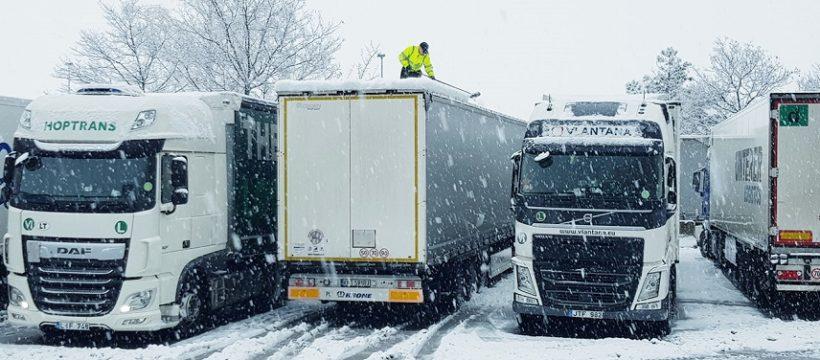 La nieve obliga a embolsar camiones en la AP-1 en Rubena y Miranda de Ebro (Burgos)