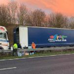Francia ha reabierto la frontera con Gran Bretaña, muchos camioneros también tendrán que pasar el día de Navidad en sus cabinas en Inglaterra.