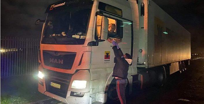 La Asociación Voluntarios en Europa, está llevando agua y comida a los conductores Españoles varados en UK