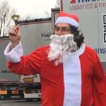 Juan Pedro, el camionero español se viste de Santa Claus cada año y da regalos a sus compañeros en la A5 Alemania