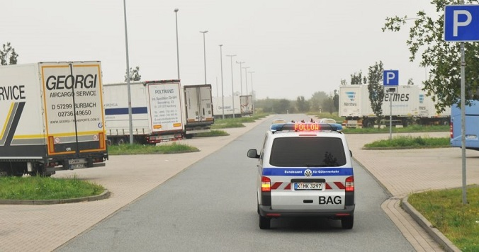 Un camionero conduce borracho hasta la policía de autopista a recoger su licencia de conducir retirada.