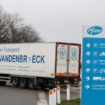 Salen los primeros camiones frigoríficos de la fábrica Pfizer en Bruselas, con destino al Reino Unido.