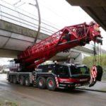 Un camión grúa averiado acaba atascado entre dos viaductos en Gorinchem