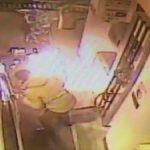 Un conductor encendió un mechero cerca del tanque del automóvil mientras repostaba combustible en una gasolinera