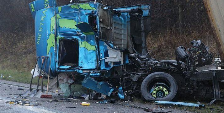 Un camionero de 34 años murió y otro de 35 permanece grave, al chocar dos camiones en la A18 Midtjyske