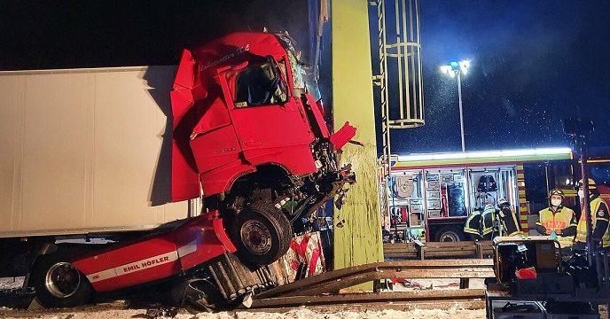 Un camión se estrella contra el pilar de un puente de señales de tráfico en la A-8 Munich
