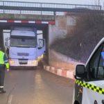 Un camión se empotra en un puente de la N121 en Caparroso