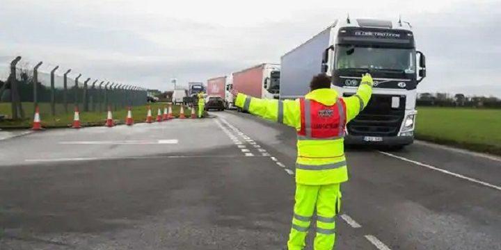 Esto es lo que les ocurre a los conductores que dan positivo en Covid en Reino Unido