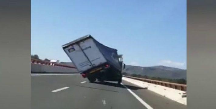 Así vuelca un camión por el viento en la A-7 Tarragona. Vídeo