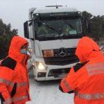 Así rescatan los bomberos de Castellón un camión de mercancías peligrosas bloqueado por la nieve