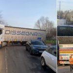 Unos 30 camiones obstruyen un pequeño pueblo, perdidos por el gobierno de UK que les dio un código postal incorrecto