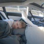 Activó el modo autónomo de su Tesla y se tiró a dormir en los asientos de atrás en plena autopista