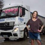La camionera Sarah de 29 años, una de las siete heroínas de una nueva serie documental