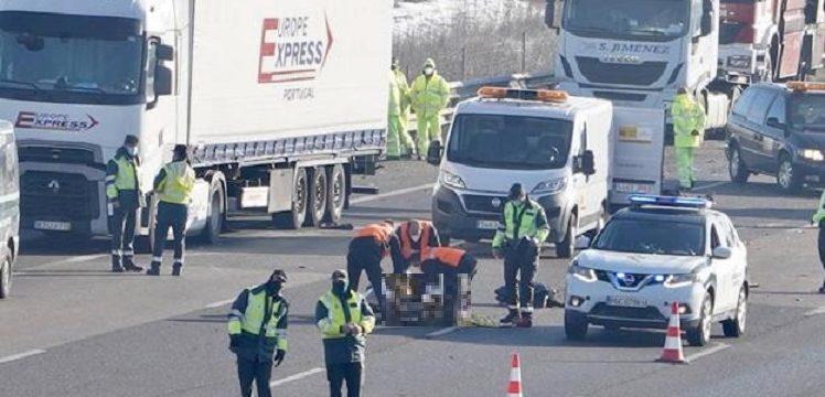 Mueren tres camioneros atropellados por otro camión cuando auxiliaban un accidente en la A-6