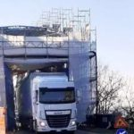 Camión rompe las barreras y andamios en el puente de Gerola, a riesgo de los trabajadores