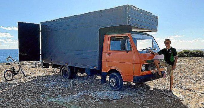 La camioneta Volkswagen LT 40, convertida en casa móvil con todas las comodidades necesarias
