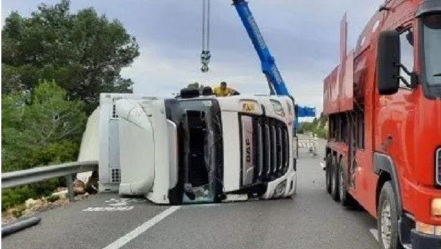 Un camión lleno de calabazas vuelca en la autopista ap7