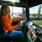 La camionera Hayley (27) espera que más jóvenes se entusiasmen con su trabajo: 'Ven conmigo un día'