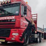 Adine es joven, rubia y camionera: 'Me corre diésel por las venas'