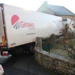 El GPS se vuelve loco y el camión se atasca en un callejón de Lozère