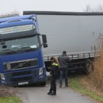 El conductor del camión se atasca en un sendero para bicicletas y peatones en Harnaskade Den Hoorn