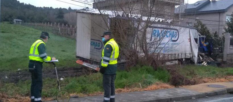 Un camionero grave tras descolgarse un cable telefónico y seccionar parte de su cabina